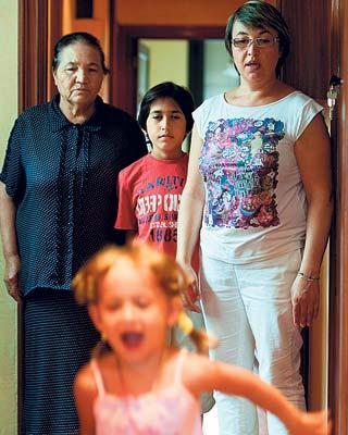 Malou M. Tashpultova, con sus hijos. Imagen de Edu Bayer
